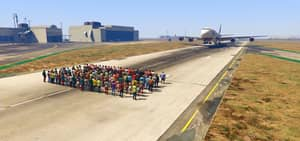 Can 100+ People Stop A Moving Plane On GTA 5? Possibly