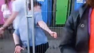 在英国第一个狂欢之后,所看到的小伙子在新闻上抓住栏杆