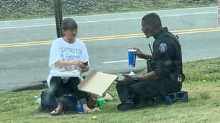 Photo of Police Officer Sharing Lunch with Homeless Person Goes Viral