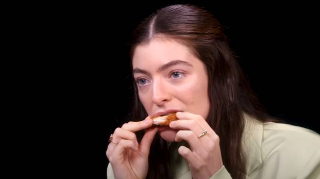 People Blown Away By Lorde's Reaction To Eating Super Hot Wings