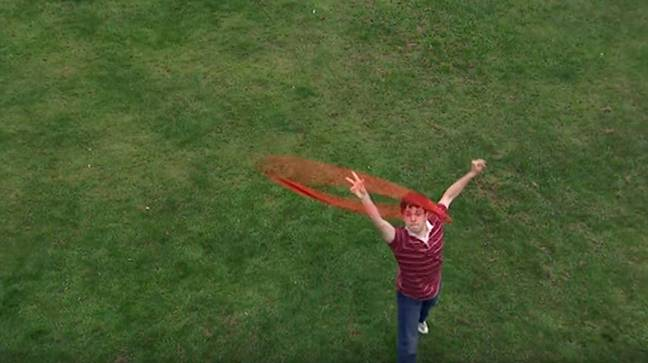 Will throws the frisbee to Carli. Credit: YouTube/The Inbetweeners