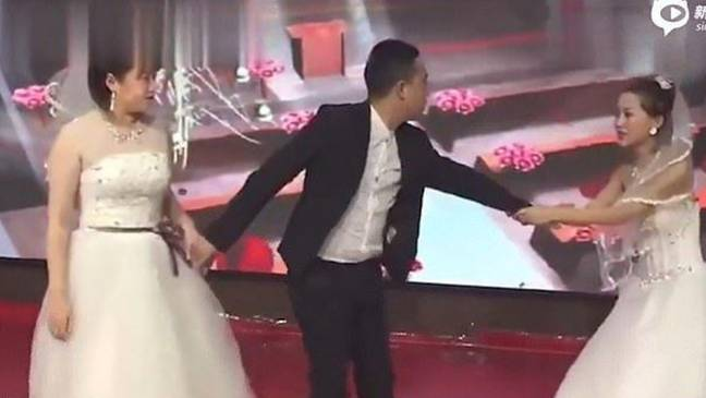 The groom found himself in a very unfavourable position. Credit: Sina News