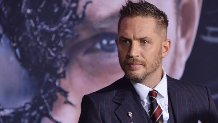 Tom Hardy Befriends Dog At 'Venom' Premiere - Dog Looks Starstruck
