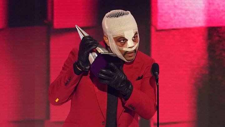 The Weeknd Performs At AMAs With Face Covered In Bandages