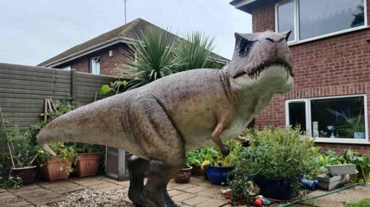 Husband Lifts Massive T-Rex Into Garden As A Surprise For His Wife