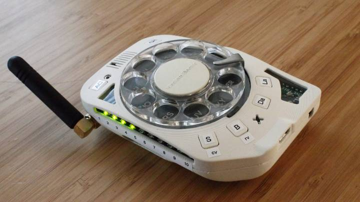Woman Creates Fully-Functioning Distraction-Free Mobile Phone With Rotary Dial