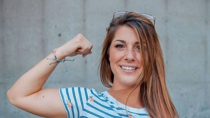 Women Who Was Bullied For Having No Belly Button Now Embraces It