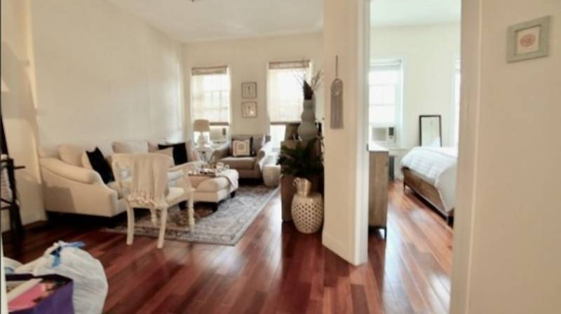 People Are Confused By This Weirdly Sexual New York Apartment Listing
