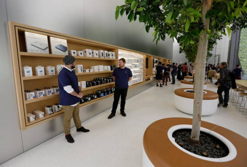 Thieves Steal From Apple Store By Dressing Up As Employees
