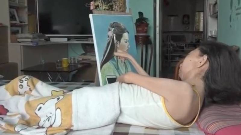 Paralysed Woman Bed-Bound For 32 Years Becomes Amazing Artist