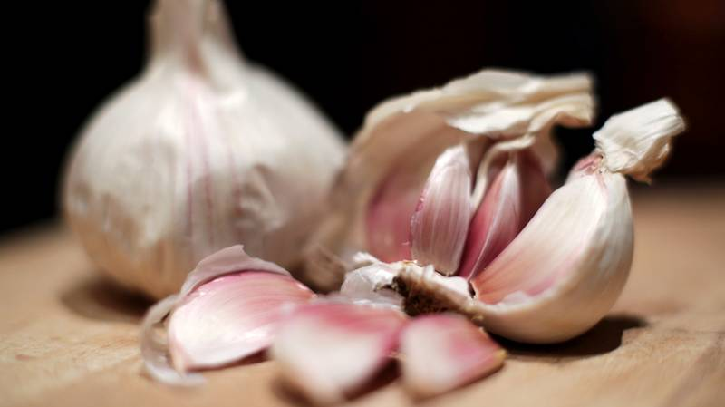 ​An Incredible Garlic Peeling Hack Is Blowing Our Tiny Little Minds