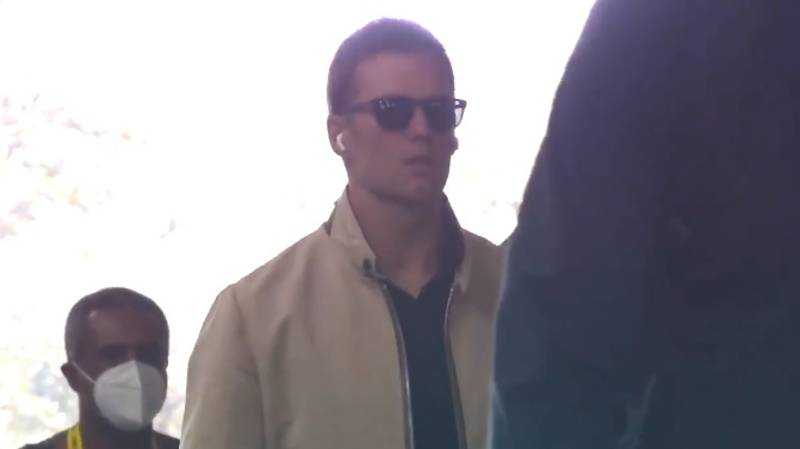 Fans Angry As Tom Brady Arrives For The Super Bowl Without A Mask